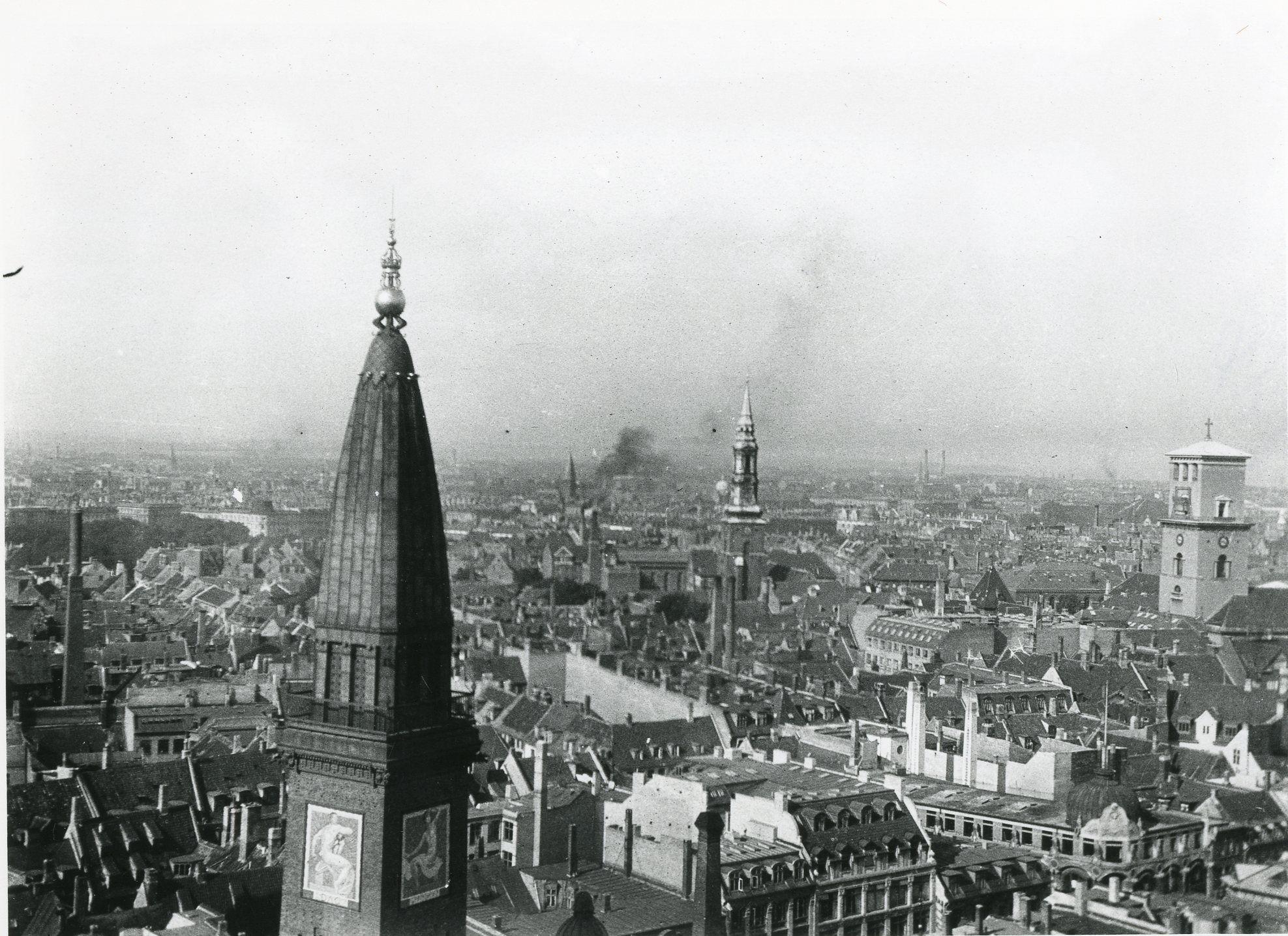 Udsigt Fra Radhustarnet Kobenhavn 1916 Til Hojre Vor Frue Kirke I Forgrunden Tarnet Pa Palace Hotel Paris Skyline Paris Travel