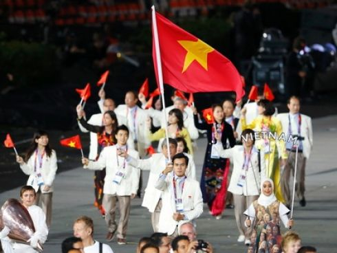 Nguyen Tien Nhat Vietnam S Flag Bearer At The Opening Ceremonies Of The 2012 London Olympic Games London London Olympic Games Opening Ceremonies Vietnam Flag