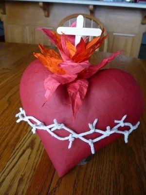 Sagrado corazón de papel maché, cuerdas y papel de seda