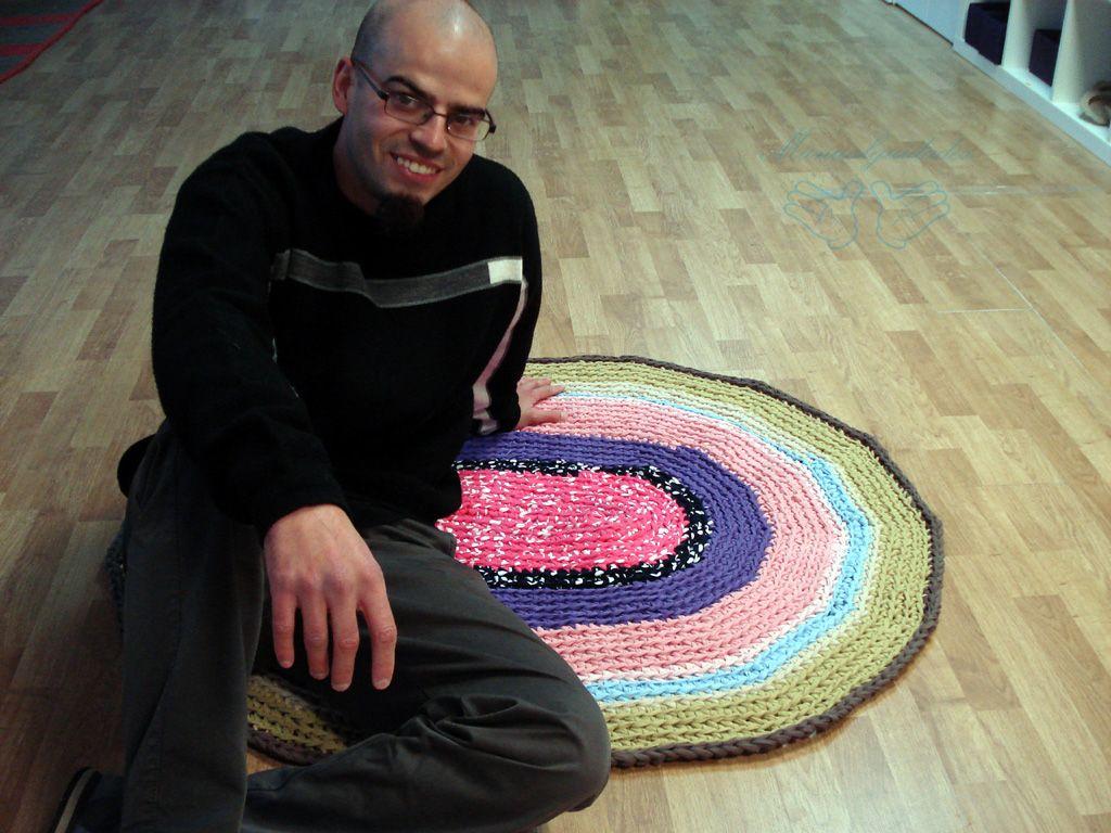 Pequeña alfombra multicolor tejida con trapillo