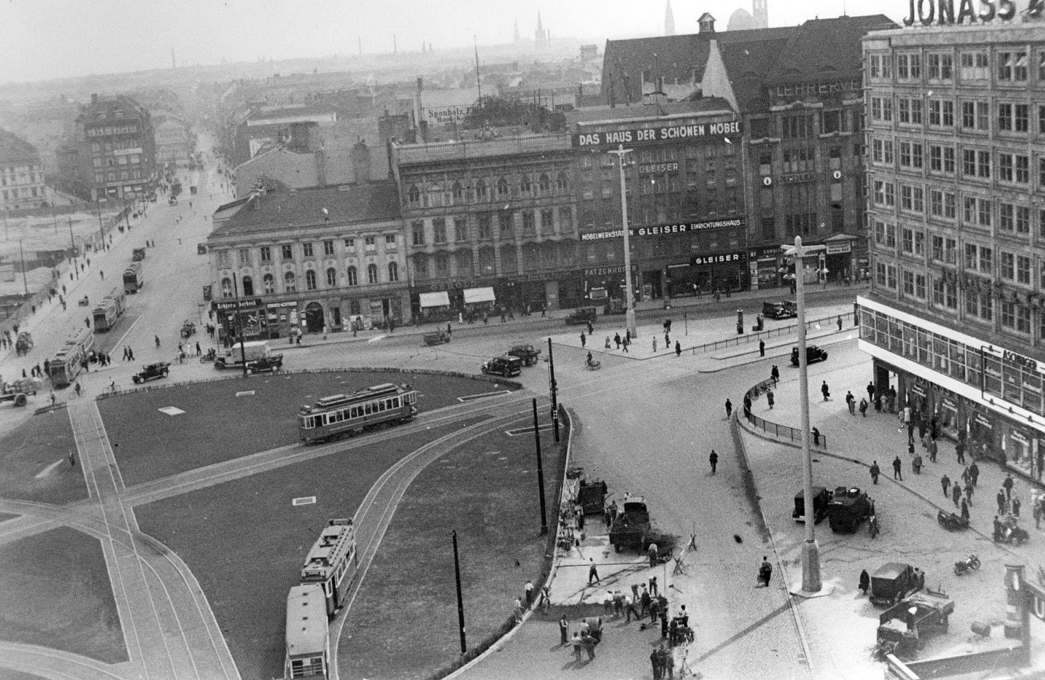 1935ca Berlin Der Neue Alexanderplatz Mit Alexanderhaus Burohaus Links Blick In Die Landsberger Strasse Rechts Zweigt Die Alexan In 2020 Street View Street Landmarks