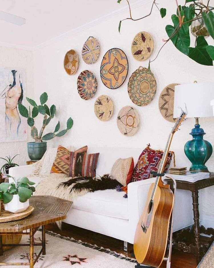 Decoration murale salon paniers tresses coussins navajo design interior