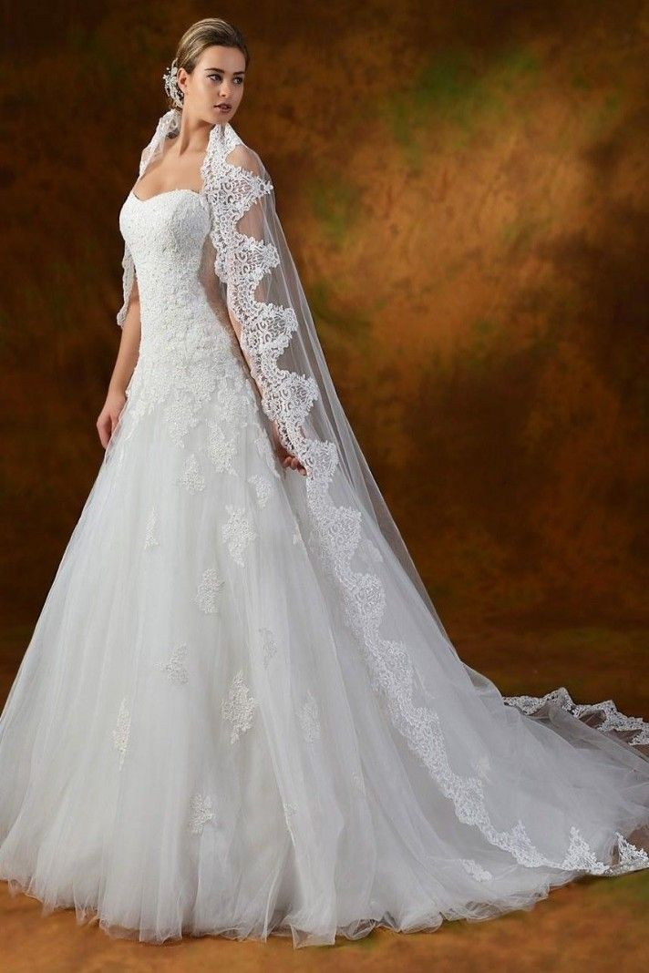 f58c0be3b325 Abiti da sposa stile principessa modello Janet confezionato in tulle con  ricami in pizzo