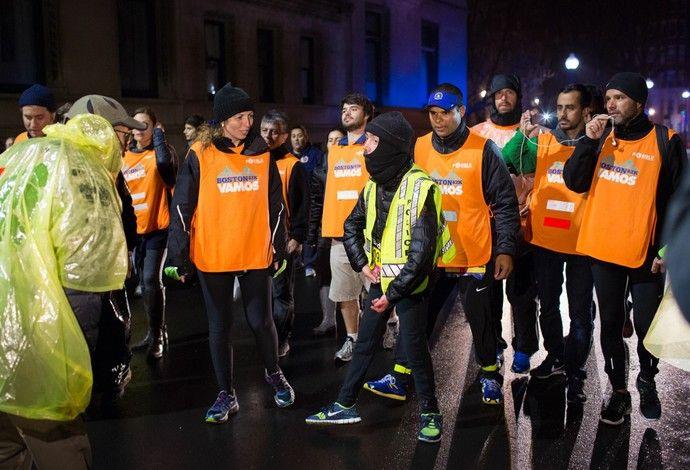 Maickel Melamed, que sofre de distrofia muscular, é o último a cruzar a linha de chegada da Maratona de Bostobn, EUA, após 20h (Foto: Reprodução/Facebook)