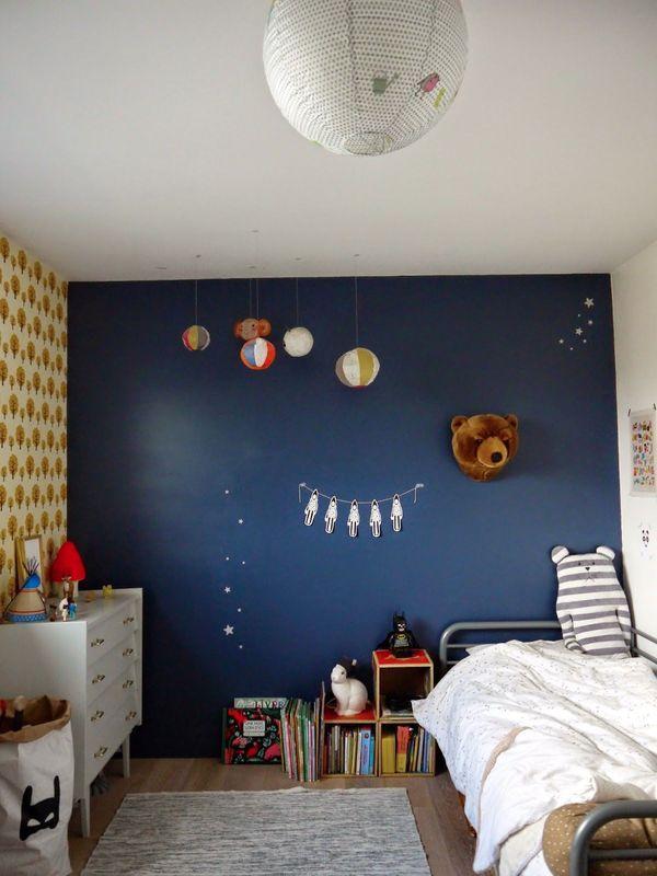 chambre pour petit garcon avec mur bleu et papier peint jaune troph e t te d 39 ours en peluche. Black Bedroom Furniture Sets. Home Design Ideas