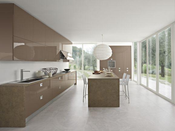 Cucina moderna in finitura visone lucido con maniglia incassata ...