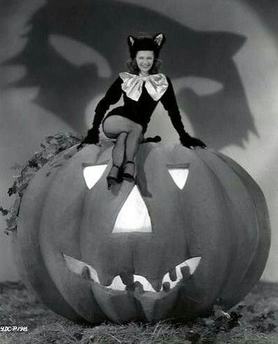 Yvonne de Carlo | Halloween photos, Vintage halloween, Yvonne de carlo