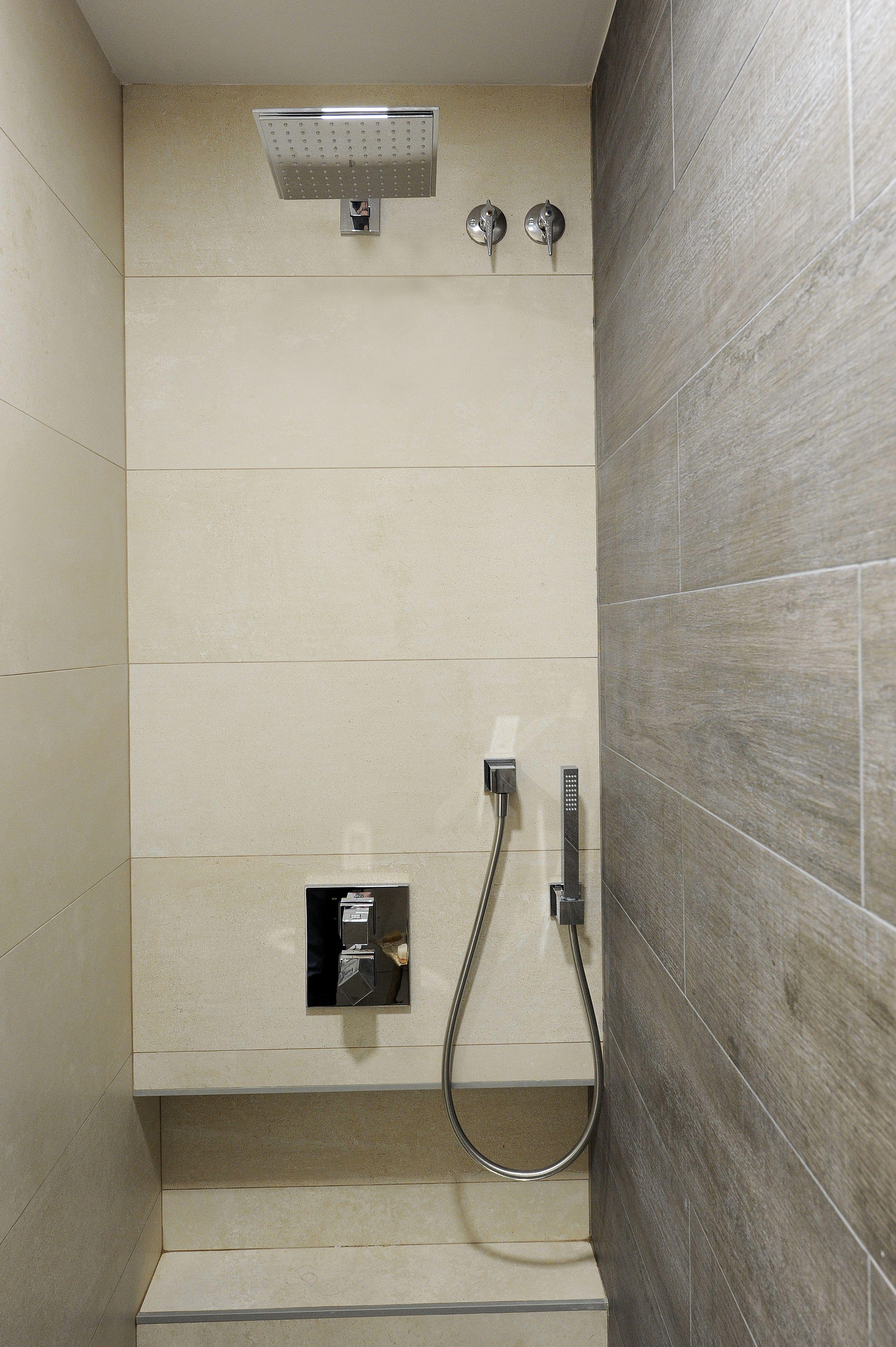 Duchas moderna con rociador de pared Grohe. Faiçó interiorismo ...