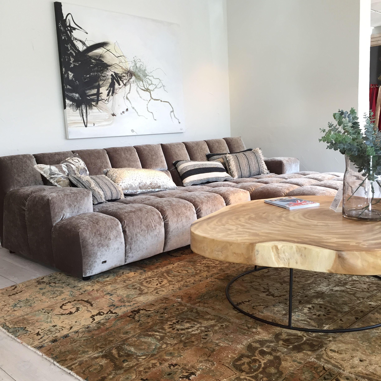 Cooles Bretz Sofa in modischem Samtbezug. Die Accessoires runden das ...