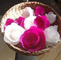 svadobná výzdoba, ruže z krepového papiera