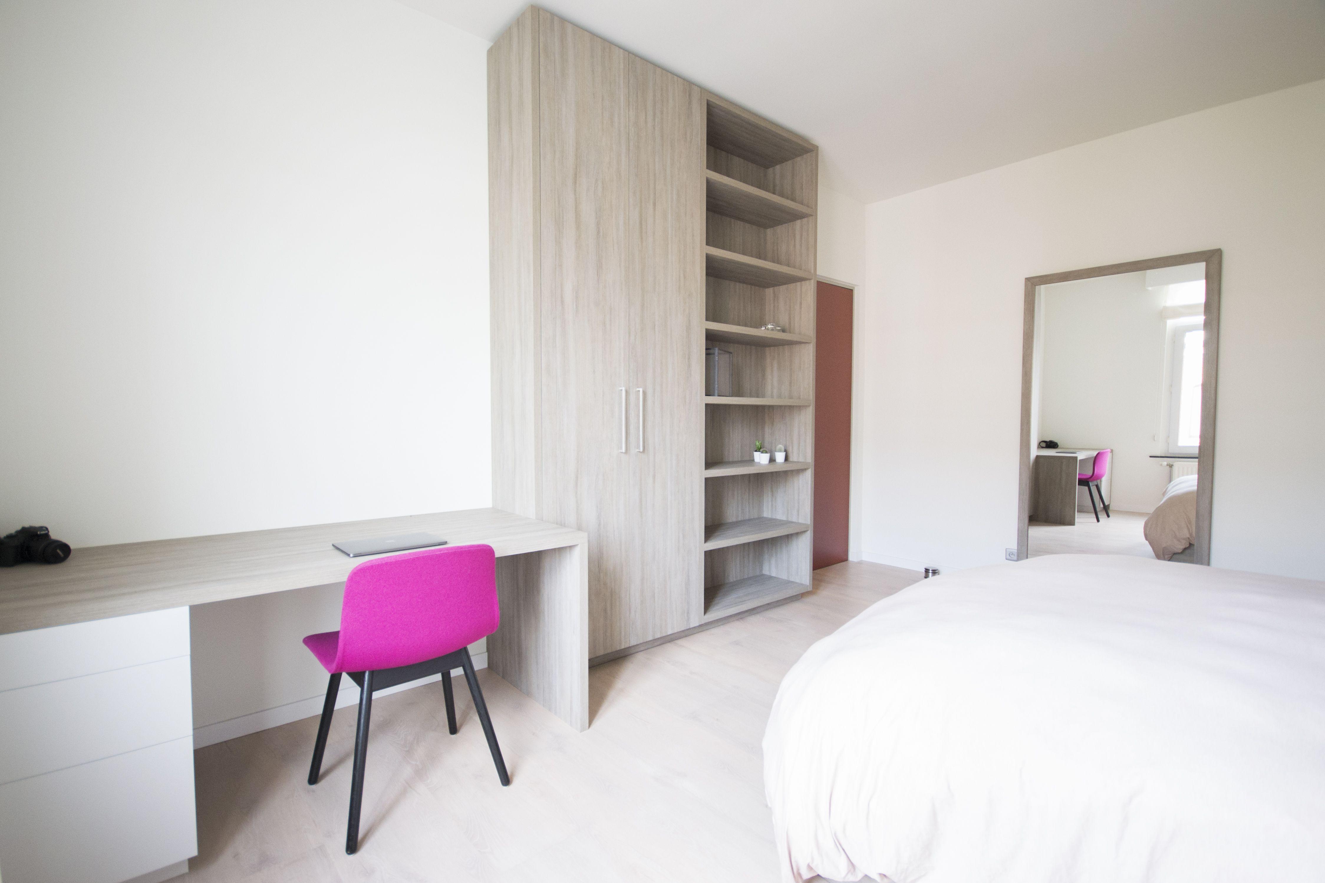 Moderne slaapkamer met bedombouw en bureau in woonhuis te Walem ...