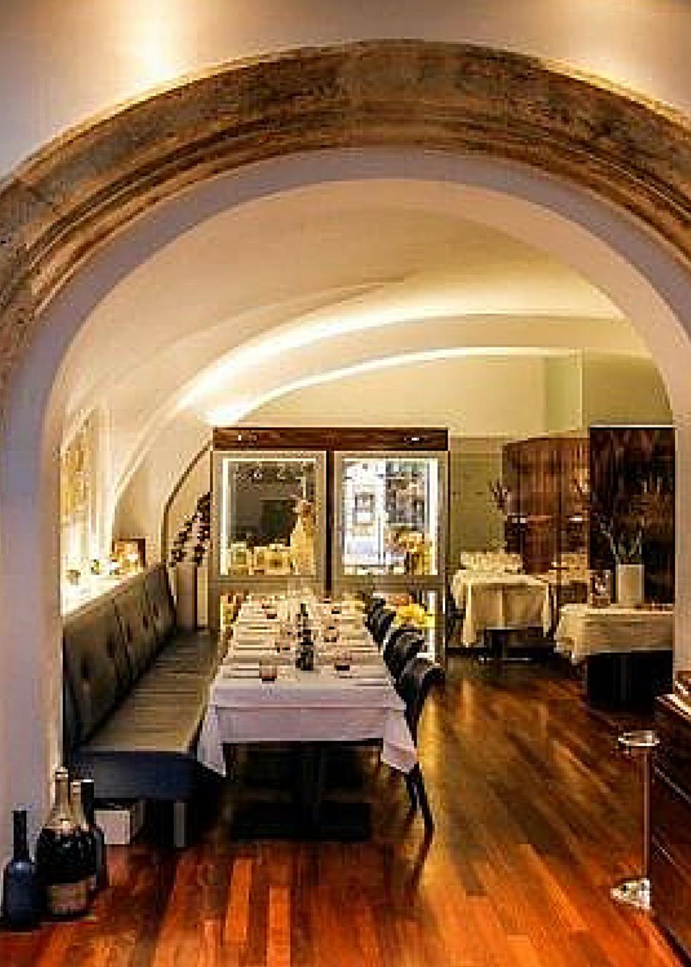 In Der Backerstrasse In Wien Steht Eines Der Besterhaltenen Renaissance Burgerhauser Der Stadt Drinnen Befindet Sich Das Restaurant Merlo Wien Restaurant Haus