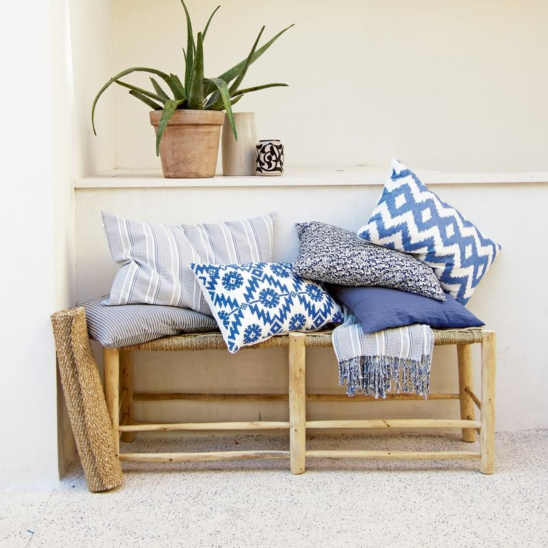 D coration les sables cushions hallway decorating et soft furnishings - Ou mettre son lit dans une chambre ...