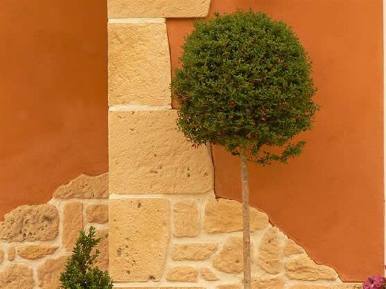 Mediterrane Fassade mit Riemchen in Felsoptik