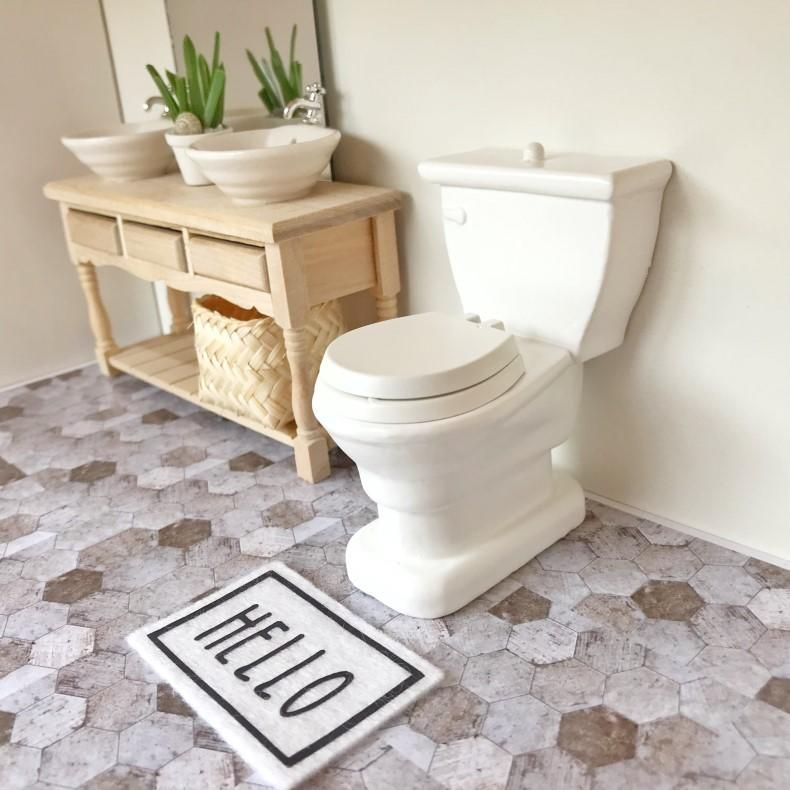 Modern white toilet.8cm high. 5cm wide (at widest point of cistern).The toilet lid and set both open separately. #dollhousefurniture