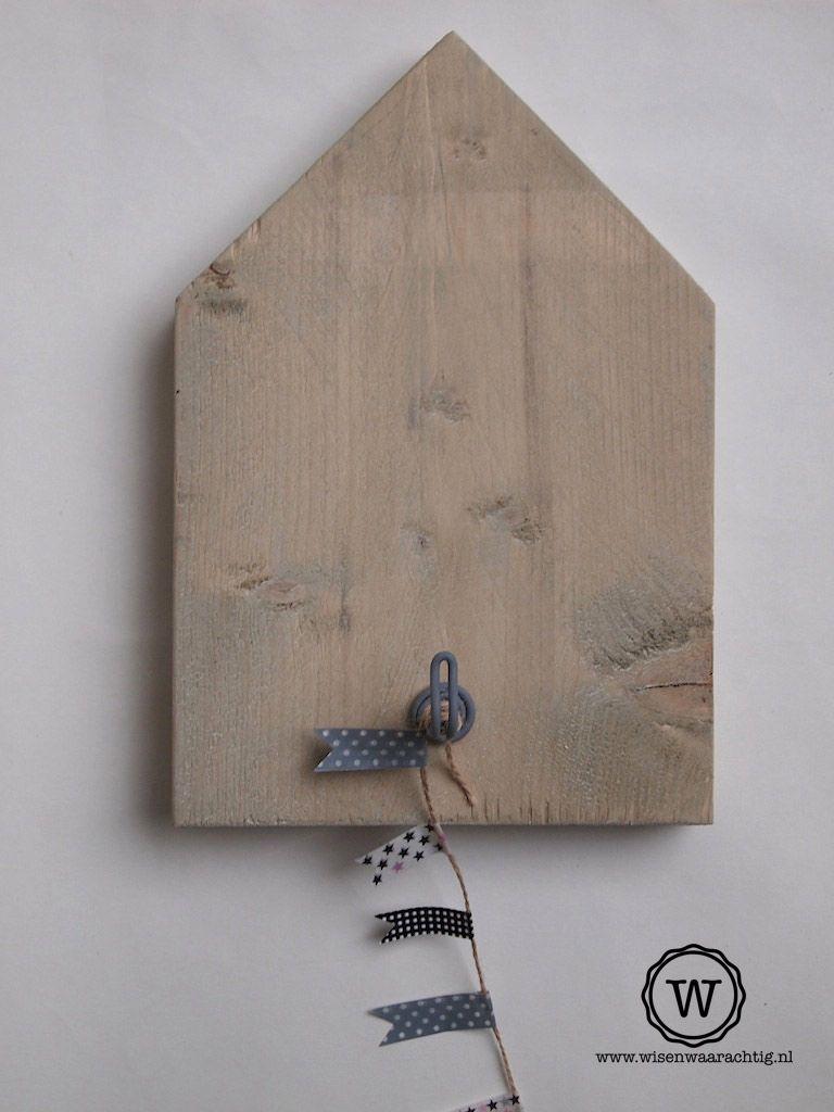 Stoere huisjeskapstok van steigerhout. Voorzien van een stevige draadhaak in matgrijs. Bijzondere decoratie voor de kinderkamer of babykamer Gemaakt van steigerhout. Afmeting: 28,5x20 cm. (2,2 cm. dikte)  Ook leverbaar met afbeelding, naam of woord (prijs € 27,50)  Prijs is incl. verzenden