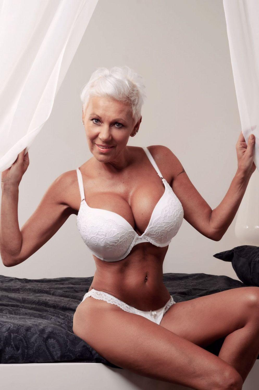 Reife Blonde Oma Zertrümmert