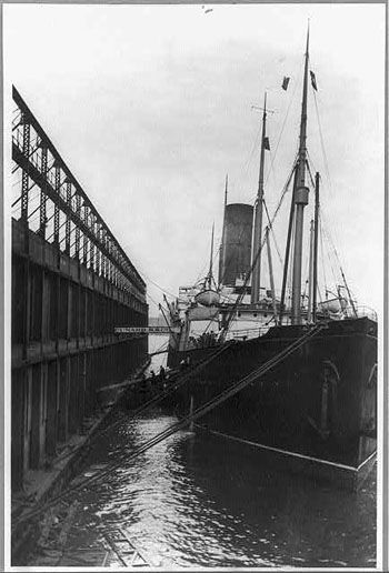 photo du paquebot assistance titanic le Stuart Collett, carpathia à New York USA en avril 1912
