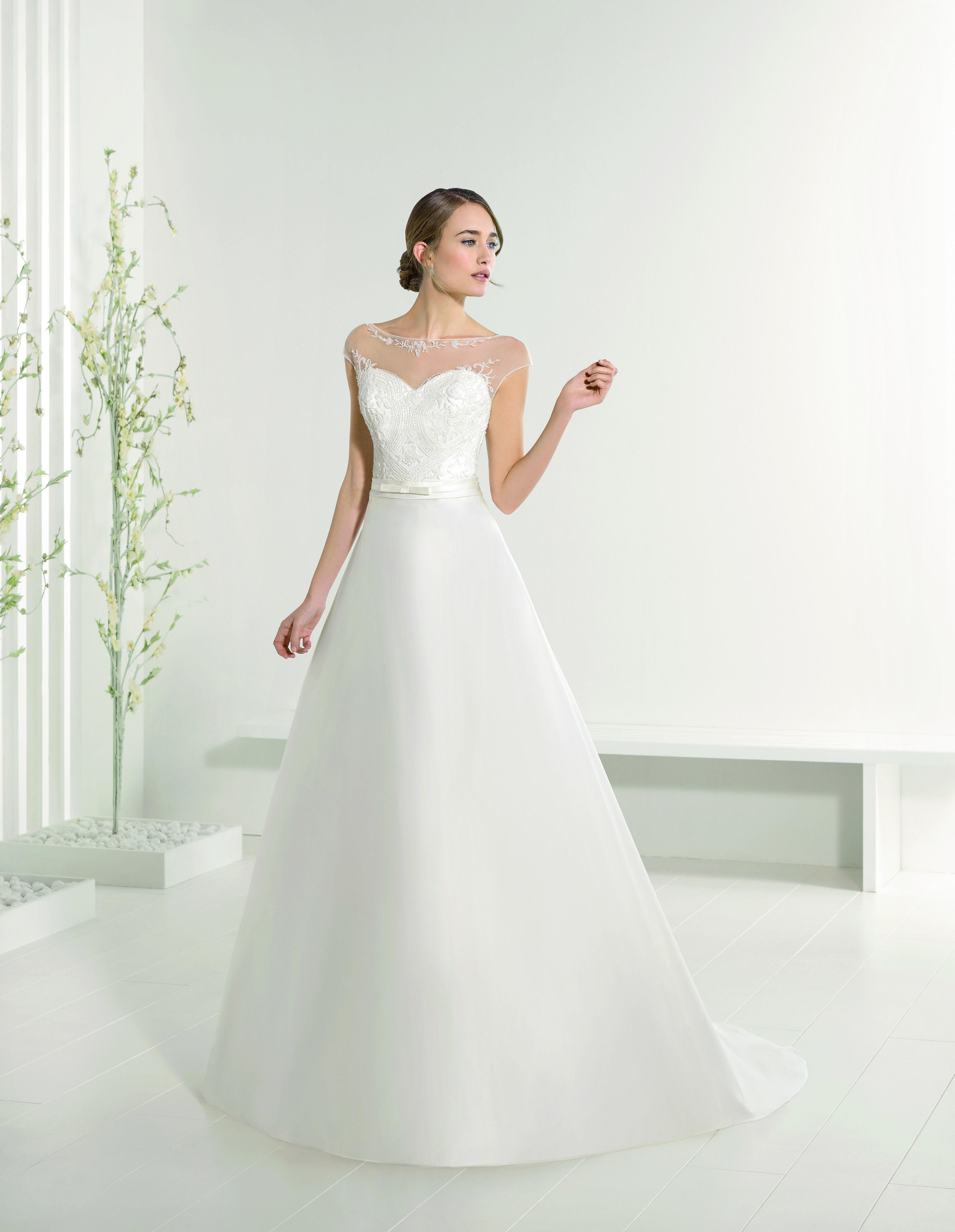 65b1a20583b6 Abito da sposa in mikado corpetto luminoso Adriana Alier Rosa Clara  2016  per Bride Project Buttrio www.brideproject.it