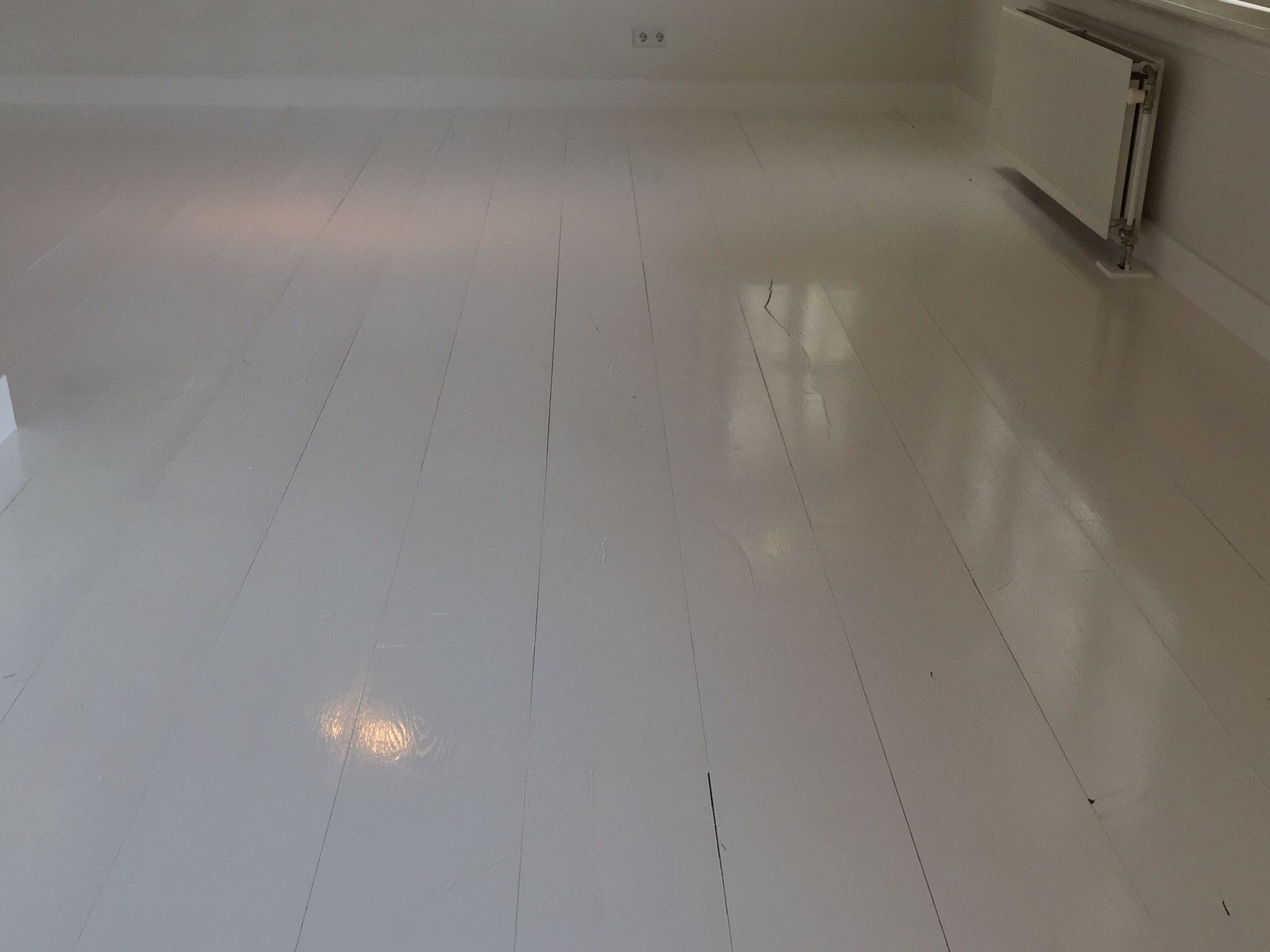 pin van eerlijk hout op wit geschilderde houten vloeren