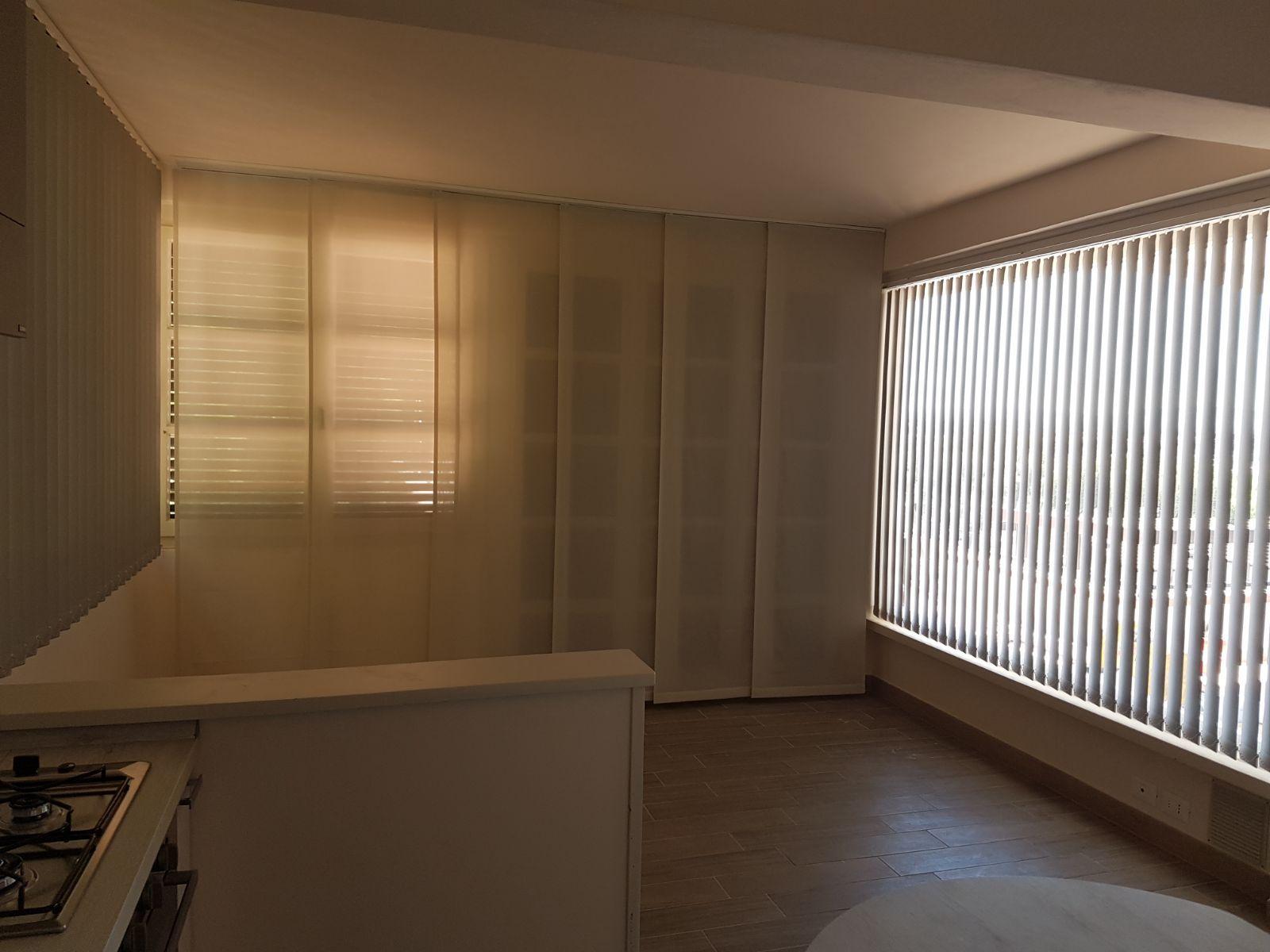 tende a pannelli con tende verticali coordinate per living con ...
