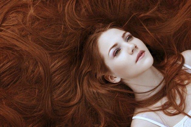 discreto escolta cabello rojo