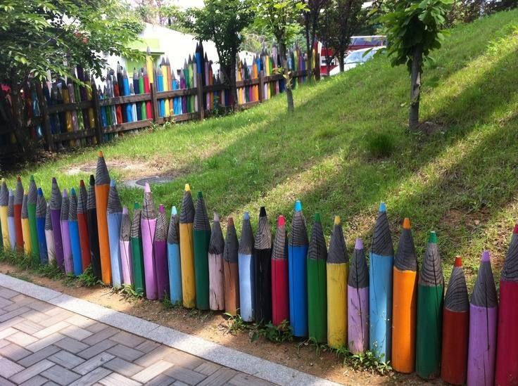 clôture de jardin avec décoration créative en crayons géants