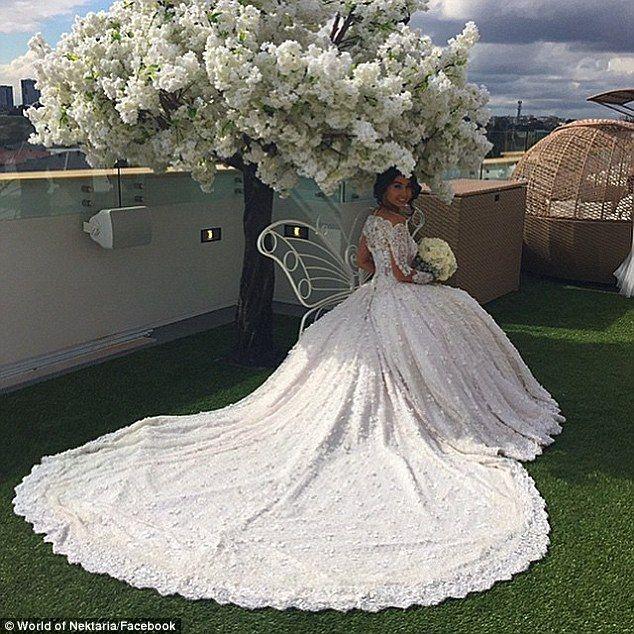 Six dressmakers made this 22 KILO wedding dress