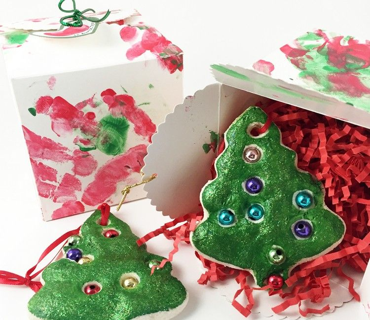 Weihnachtsbaumanhänger Basteln bastelperlen in den salzteig vor dem backen stecken