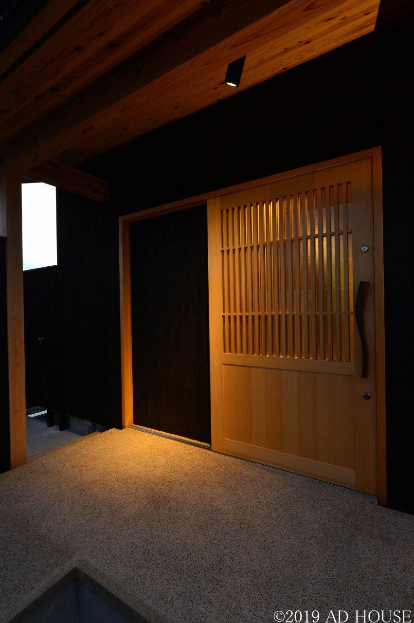 和の素材を感じウッドデッキのある家 姫路市 A様邸 玄関 引き戸 和モダン 玄関 玄関ドア 引き戸