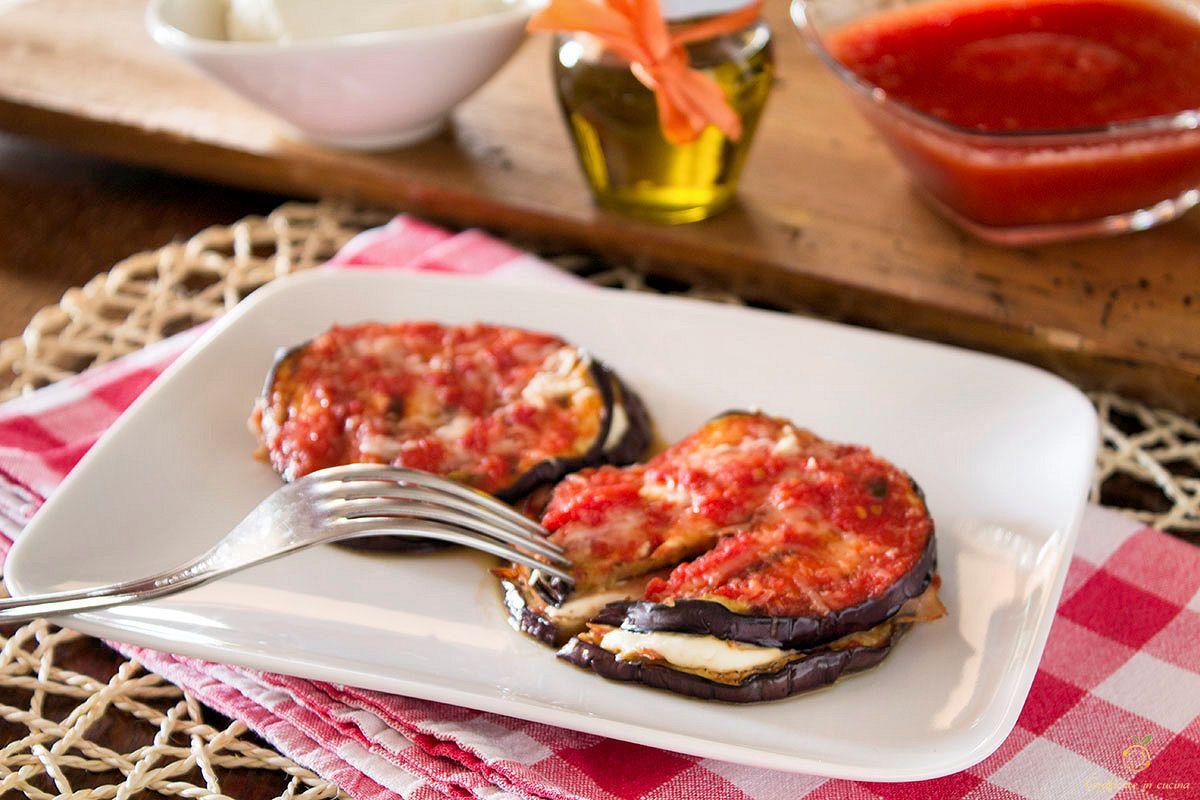 Melanzane con sorpresa ricetta facile può essere un gustoso contorno, oppure un secondo leggero.