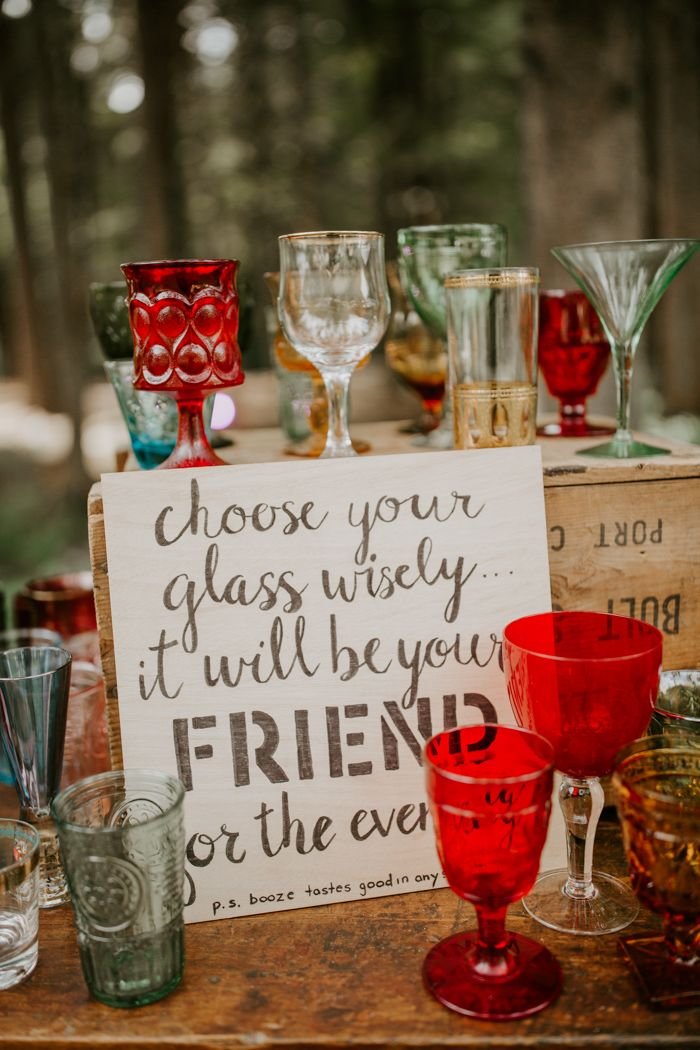 Nicht übereinstimmende Glaswaren, die die Gäste bei diesem einzigartigen Hochzeitsempfang auswählen können Ima …