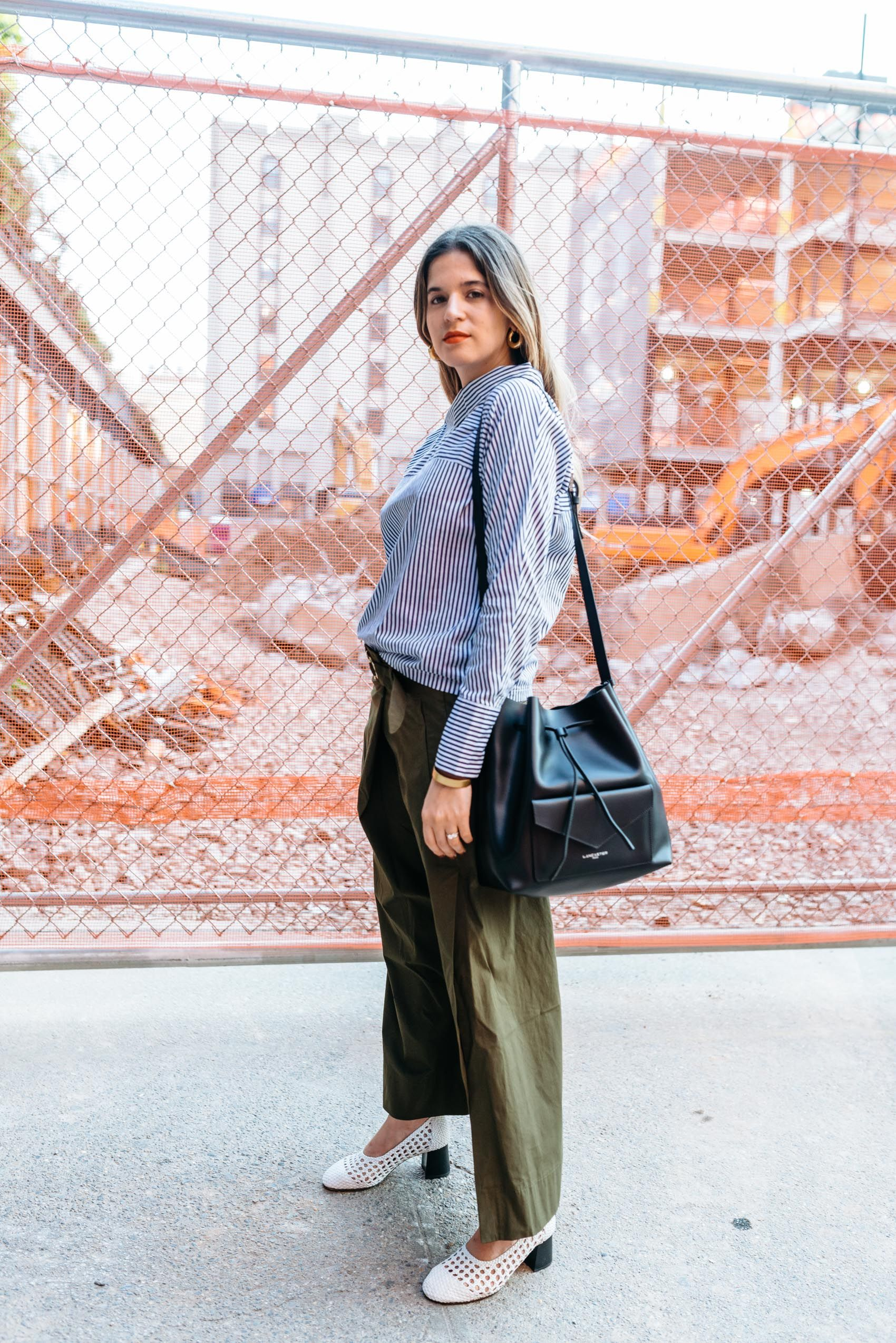 Maristella wears the deconstructed button down shirt trend with Zara olive wide leg pants and white braided leather block heel shoes