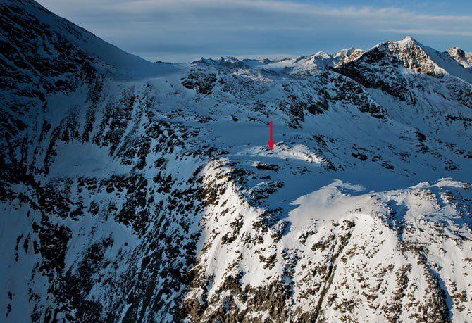 Alpes de Ötztal La flecha señala el lugar donde unos montañistas descubrieron en 1991 el cuerpo momificado, asomando del hielo de un glaciar en una hondonada rocosa a 3.200 metros de altitud. Alrededor había varios objetos calcolíticos. El lugar, en la vertiente italiana de los Alpes de Ötztal, dio pie al apodo del Hombre del Hielo: Ötzi.