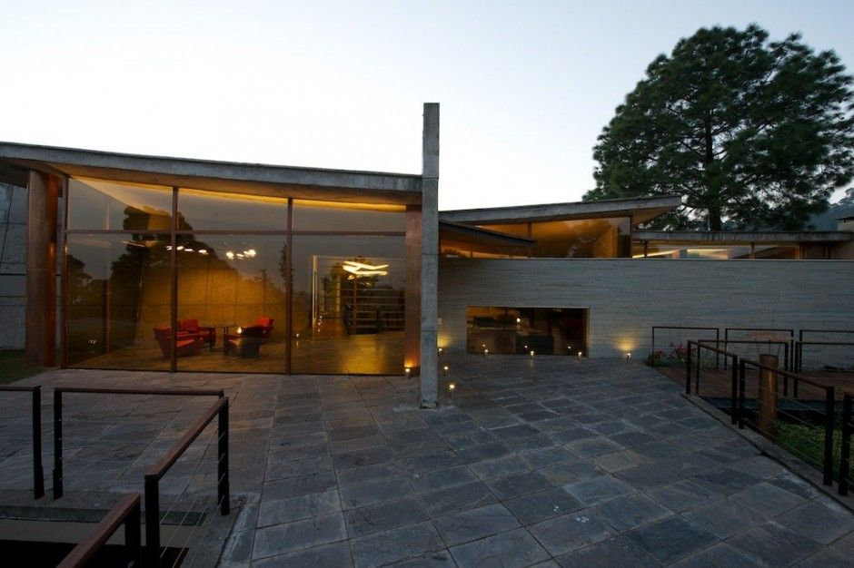 Rajiv saini associates designed a concrete house in the himalayas of india