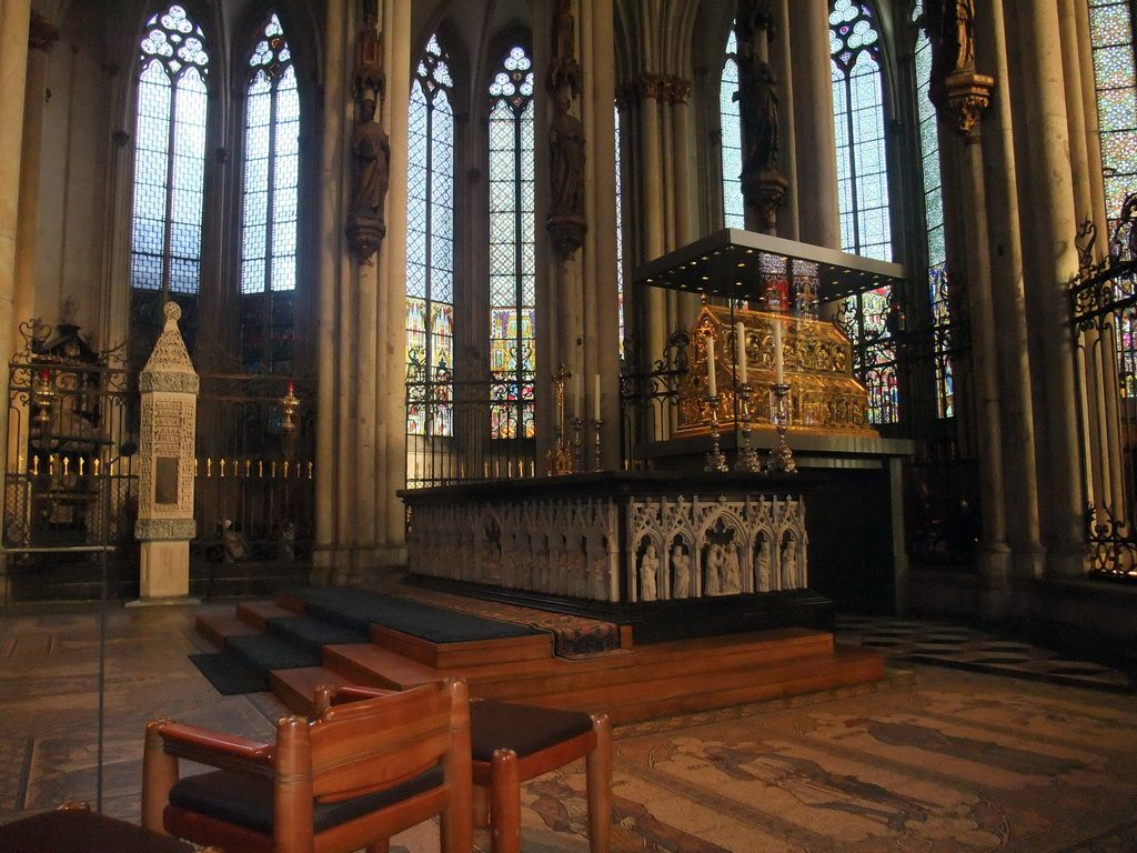 Choir And Altar With The Shrine Of The Three Holy Kings In The Cologne Cathedral Cologne Cathedral Architecture Church Interior