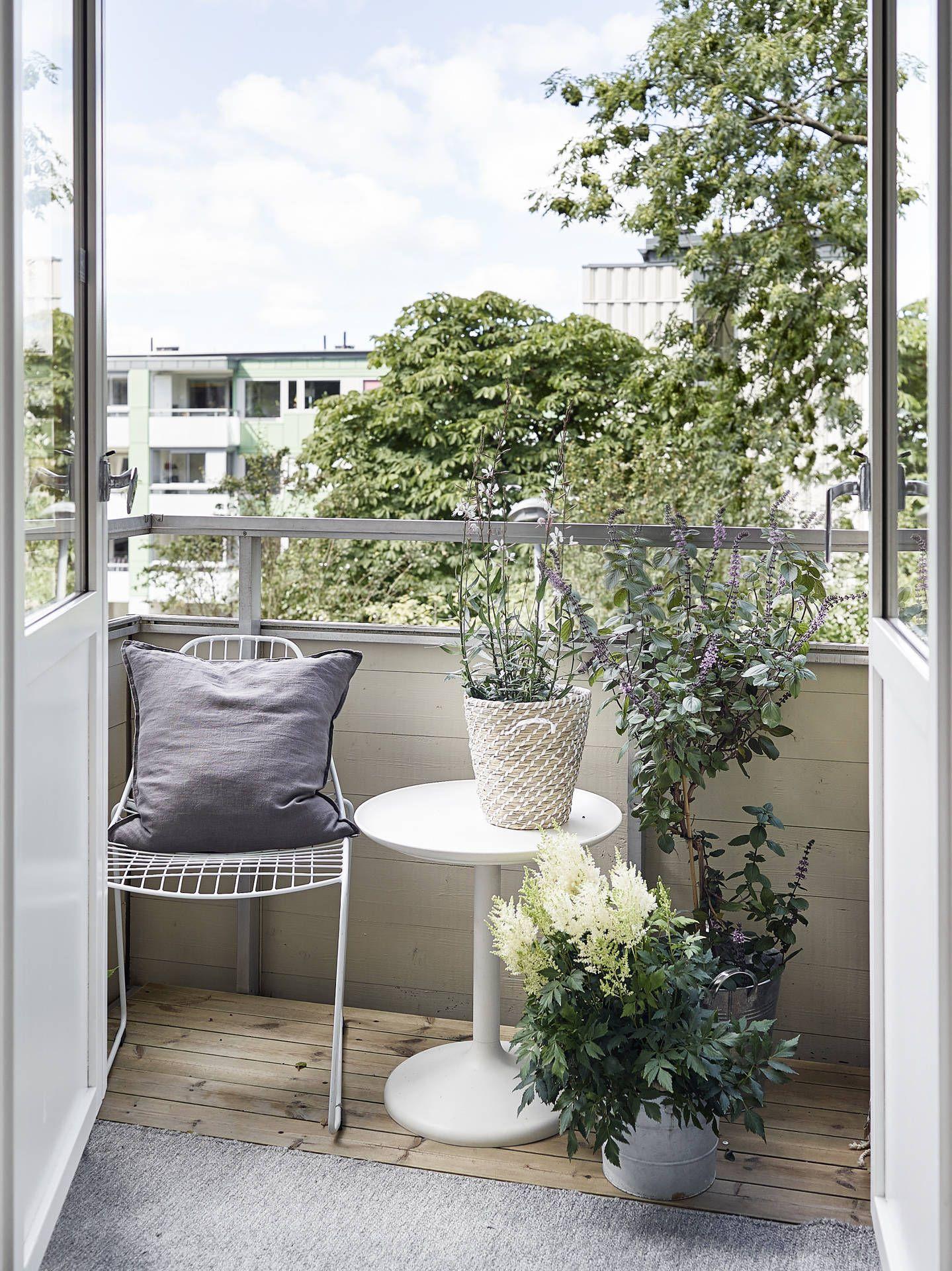 Un petit balcon aménagé / Balcony