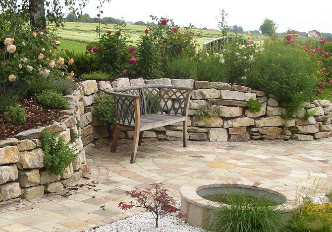 erh hte mauer mit bank terrasse pinterest zahradn design terasa und z hony. Black Bedroom Furniture Sets. Home Design Ideas
