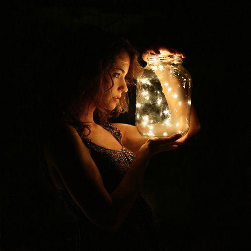 Bild in der geheimen Bibliothek, zeigt Mia mit gefangenen Glühfliegen