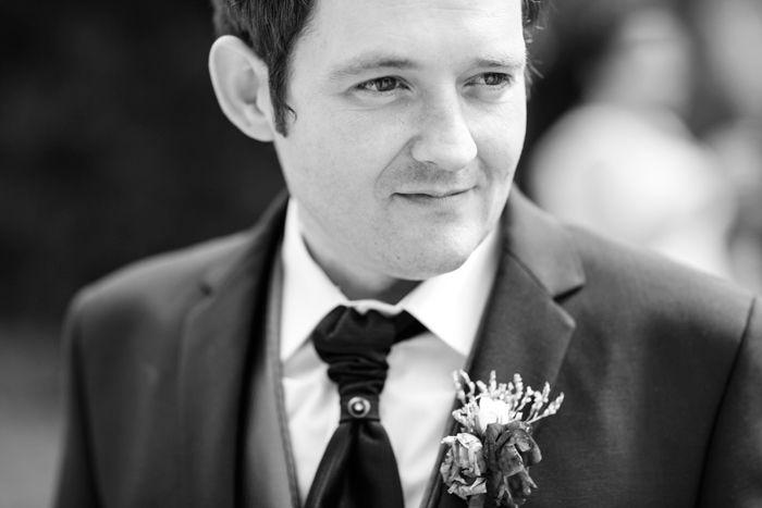 Reportaje de fotografía Fotografía en blanco y negro de un primer plano de un sonriente y nervioso novio