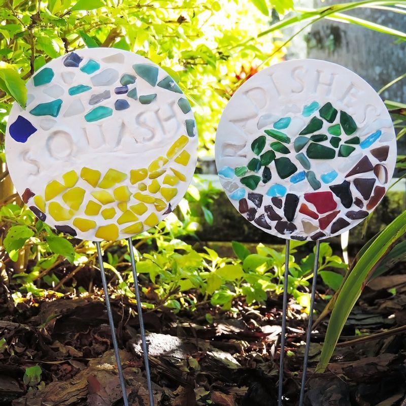 Gartenstecker Basteln Gips Scherben Steine Bunt Idee Kinder Diy Gartenstecker Mosaikgarten Garten Deko