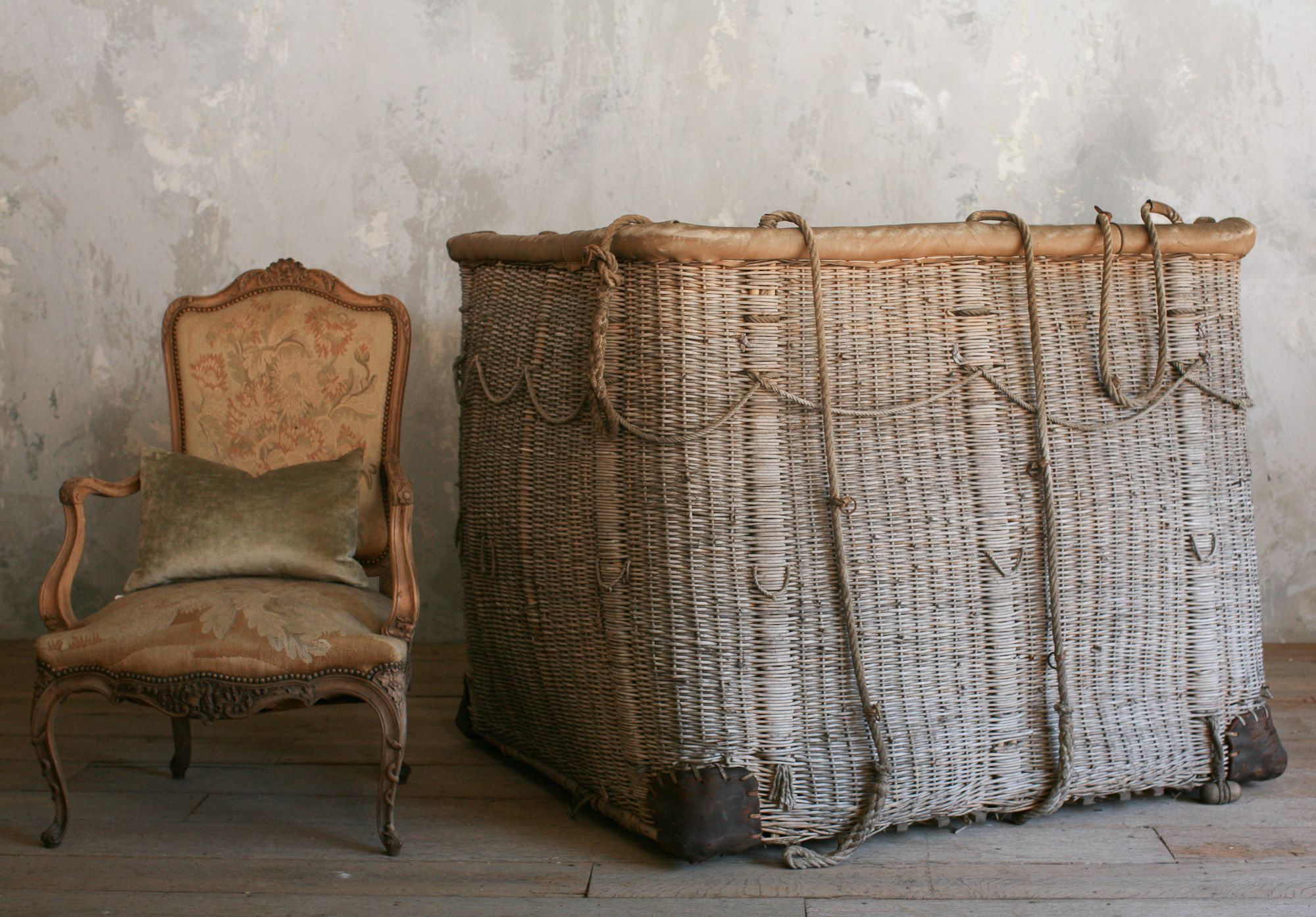 Antique basket from a hot air balloon. Interiør, Vintage