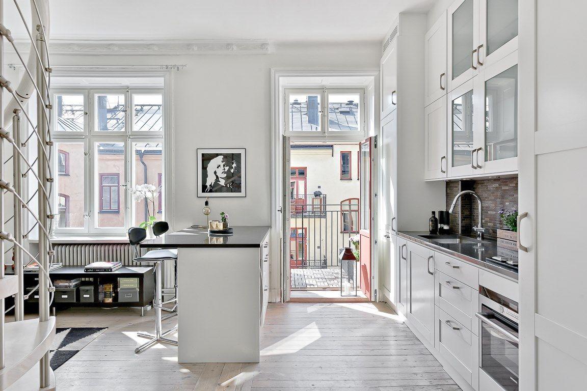 Inredning diskmaskin bänk : Smakfullt och modernt kök med vita luckor och maskinell utrustning ...