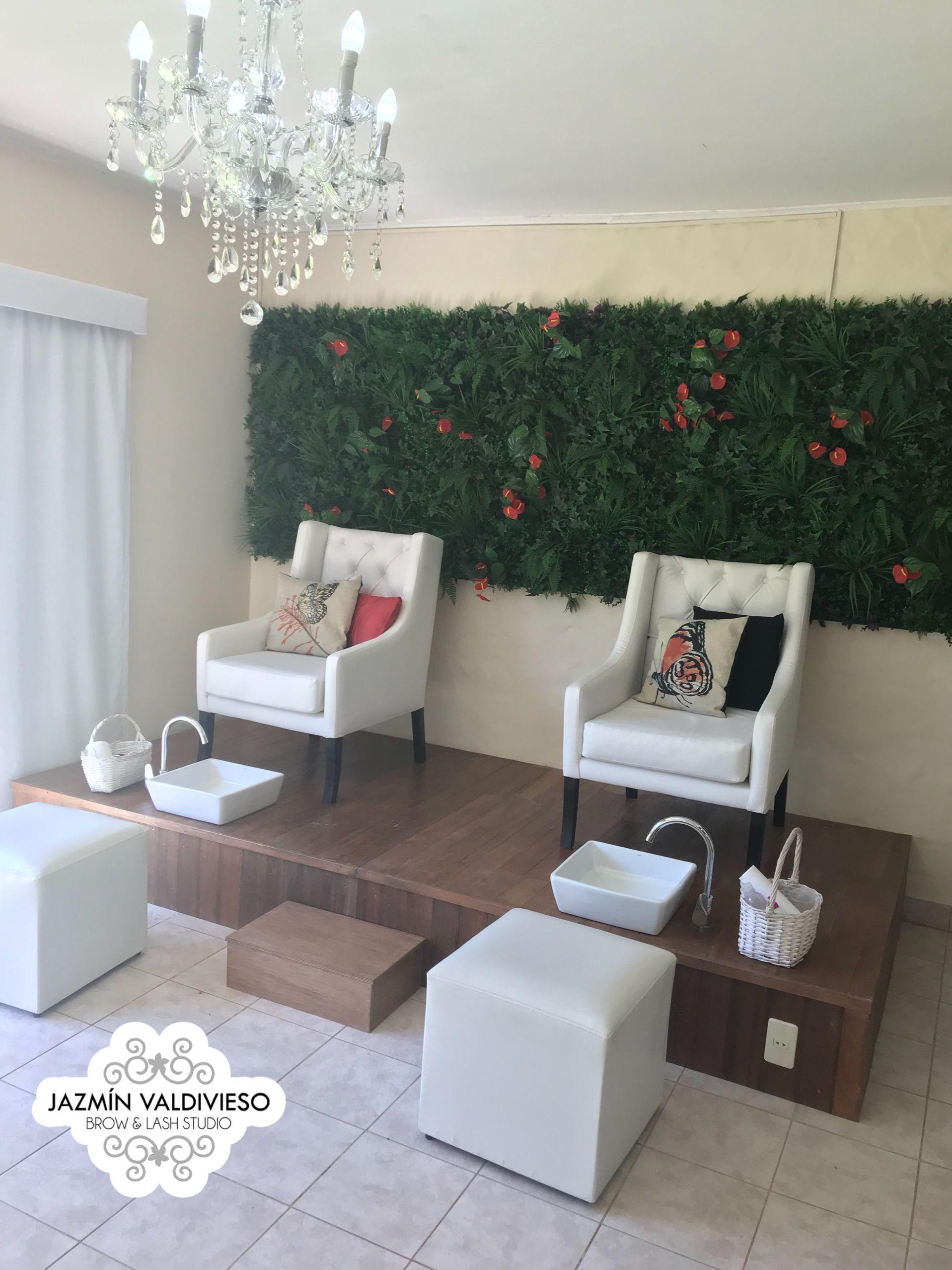 Tarima de madera sillones de cuero super comodos y un fondo de follaje para lograr un ambiente - Sillones para recibidores ...