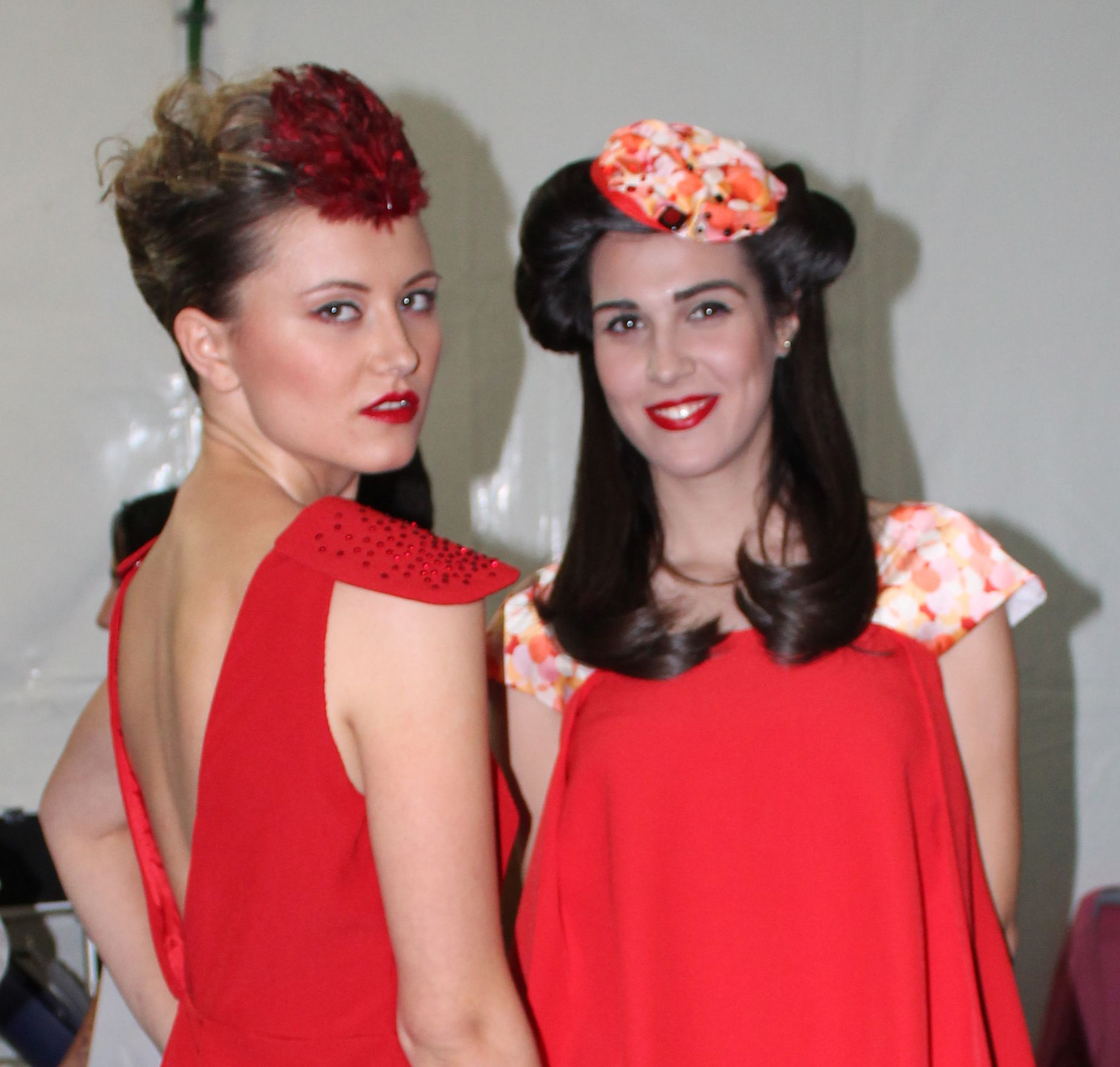 Backstage desfile noche en blanco, AlmerIa 2013. Tocado de plumas en tonos rojizos. Tocado de seda emarañado sobre base de sinamay y detalles en cristal de murano.