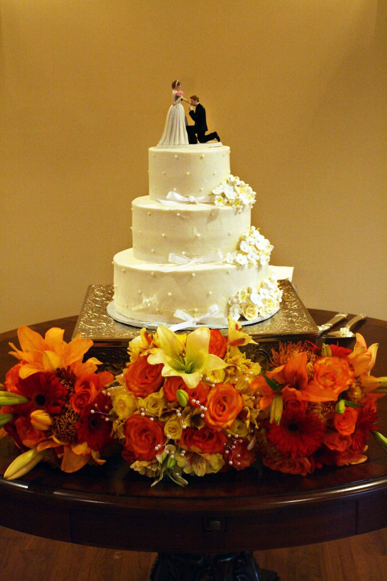 Traditional Southern Wedding Cake I Love This With These Decorations
