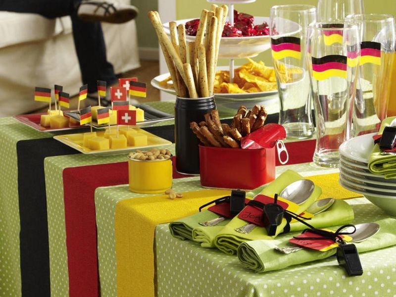 Tischdeko mit deutschen Fahnen