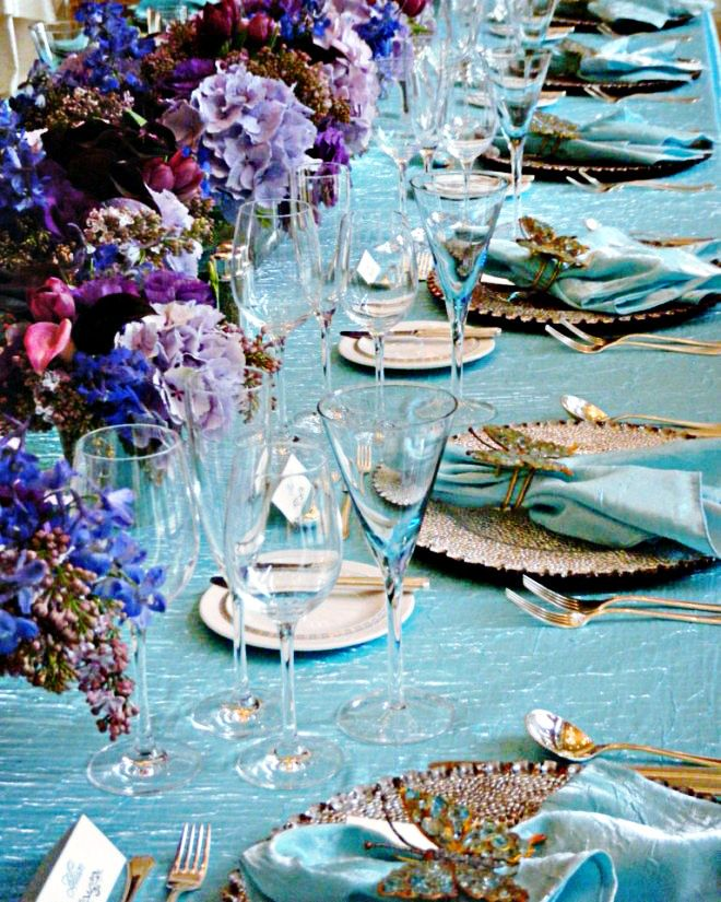 ELEGANT DINNER PARTY TABLE SETTING IN TURQUOISE BLUE AND
