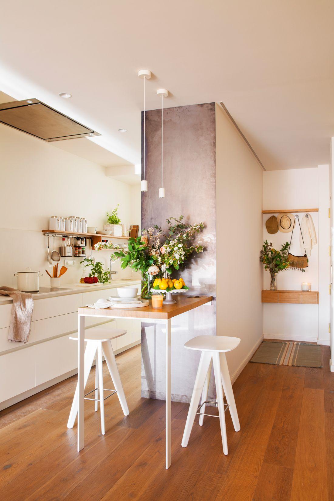 Recibidor y cocina separados por una pared con una mesa estrecha a ...