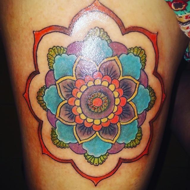 Cucho Tattoo Tattoo Mandala Color Para Mujer En La Pierna